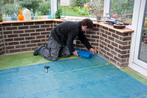 laying underfloor heating